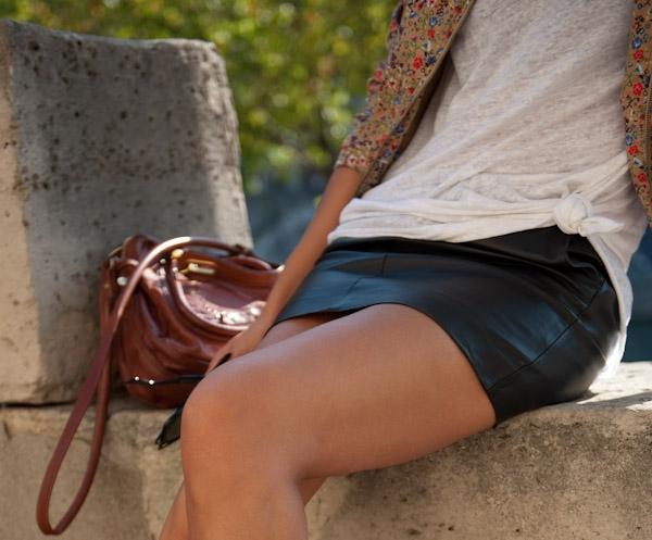 Fille caresser sous la jupe de l'autre fille